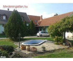 Békés megyében Szarvas közelében, Békésszentandráson ELADÓ Panzióvá alakítható családi ház 1300 m2.