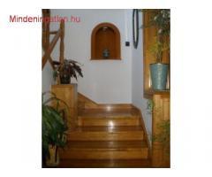 XVI. kiadó részben bútorozott 3 különnyíló szobás saját kertkapcsolatos, családi házrész