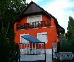 Balatonkenesén vizközeli családi ház eladó!